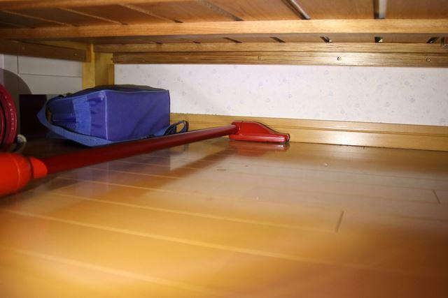 ベッド下の壁際にもノズルをぴったりつけて細かいホコリを取り除けます。やはり便利!