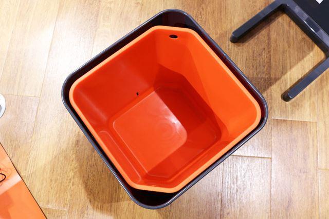 ゴミ箱の中には、バスケットが装備されています