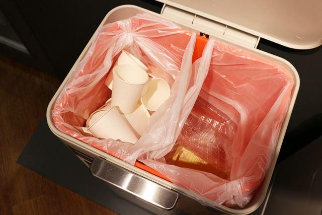 バスケットを2枚の袋で仕切ることで、可燃ゴミと不燃ゴミというような分別ができるようになります