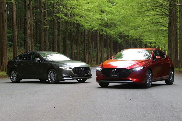 左が新型「MAZDA3 セダン」、右が新型「MAZDA3 ハッチバック」
