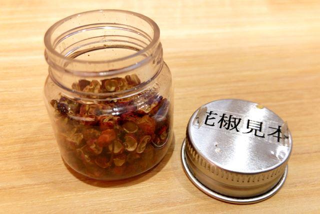 卓上には、花椒の見本が!(食べられません)。香りを楽しみながら、汁なし担担麺の到着を待ちます