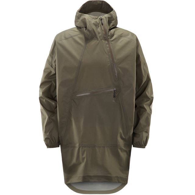 長めの丈で雨から衣服をしっかりと守るレインポンチョ。傾斜したファスナーが特徴的だ