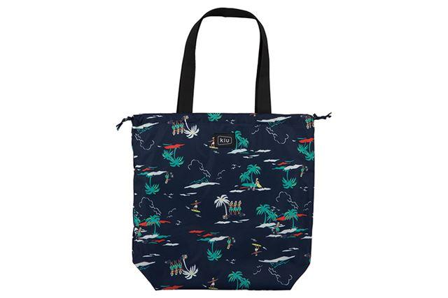 防水性の高い生地を使用しており、バッグを丸ごと入れることで雨から中身を守ってくれる