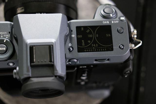 上面右側のサブモニターは電源オフの状態でも情報が表示される