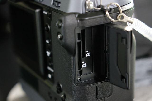 UHS-II対応のデュアルSDカードスロットを採用