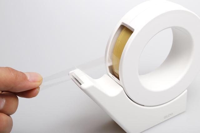 コンパクトなサイズなうえに、置いておくだけで片手でテープが切れる特殊な構造を採用