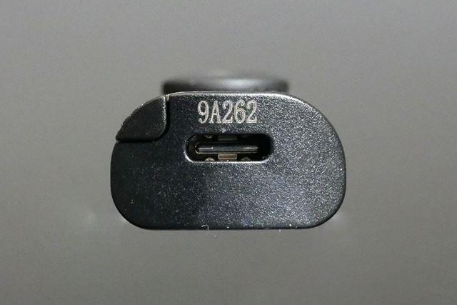 本体底面にUSB Type-C端子を装備。対応製品ならスマートフォンから充電することもできて便利だ