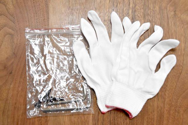 部品以外にも、手袋、組み立て用レンチ、カバー用のねじが付属していました