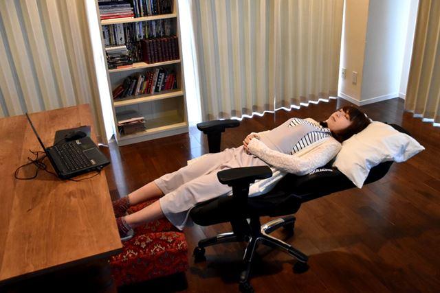 180°まで倒して、フットレストや枕を用意すれば、寝心地も最高。あとは、かけ布団さえあれば……