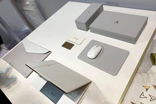 マウス、化粧箱、レザースリーブケース、記念カードなど豪華なアクセサリーも用意される