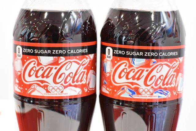 左が冷えていない「コカ・コーラ」で、右が冷えた「コカ・コーラ」