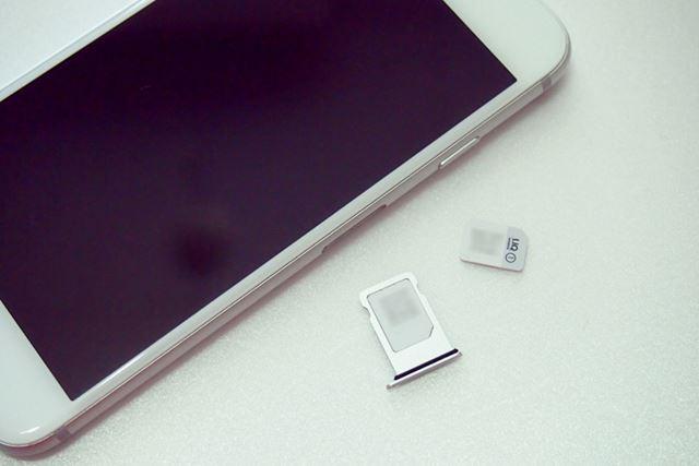 iPhone 7のSIMトレイを取り出してSIMカードを入れ替えたら、トレイをiPhone 7に戻します