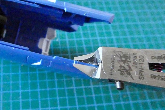 そんな場合は、切刃だけをパーツに密着させてカットすれば