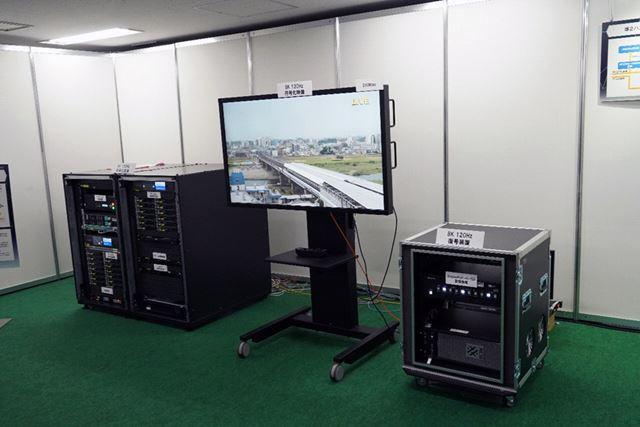8K放送に必要な8K/120Hz対応のリアルタイムエンコーダー(左)とデコーダー(右)