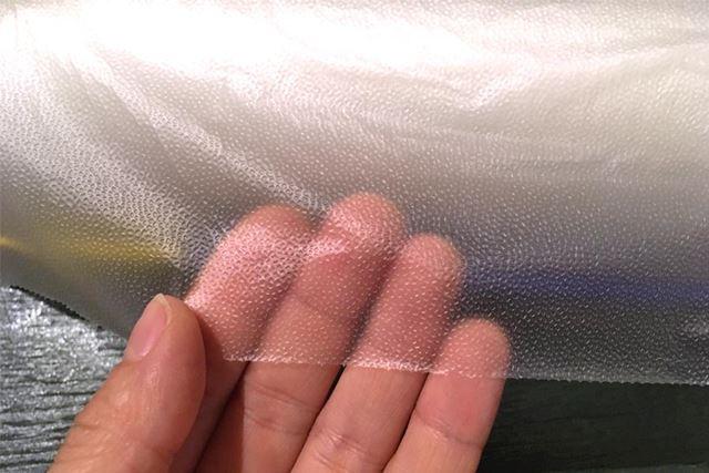 通常のツルツルしたラップとは異なり、表面に凸凹があります