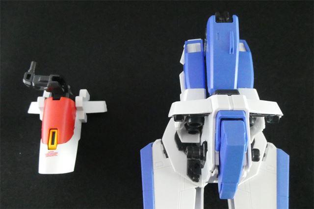 腰のフロントアーマーを取り外し、簡素なパーツに換装します