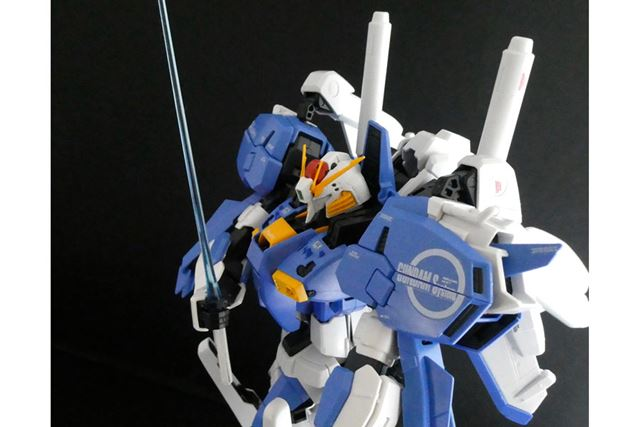 武装はほかにブルーのクリアパーツを使ったビーム・サーベルが2本付属しています