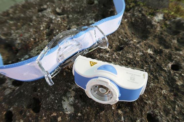 透明の樹脂パーツを広げるだけで、ヘッドは取り外せる。もとに戻すのも慣れれば簡単だ