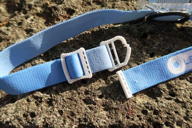 ヘッドバンドの左側の端にあるのが、小型フック。本体をヘッドバンドにつけたまま吊す時に使用する