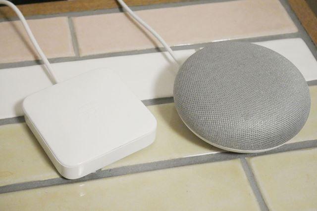 上位モデル「Nature Remo」。「Google Home mini」と同じくらいのサイズ