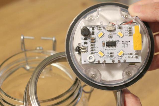 LEDライト(4つ)は、フタの内側に搭載されています