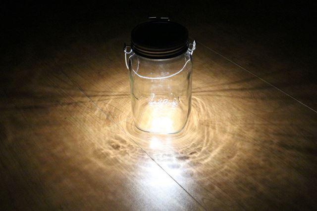 灯りは、何にでも合いそうなシンプルな光色。温白色(色温度は3,500ケルビン)というらしいです