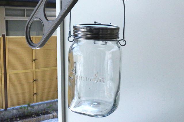 瓶ごと外にかけておくだけで充電できます