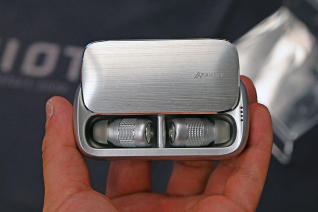 薄型設計の専用ケース。フタはスライドタイプとなっている