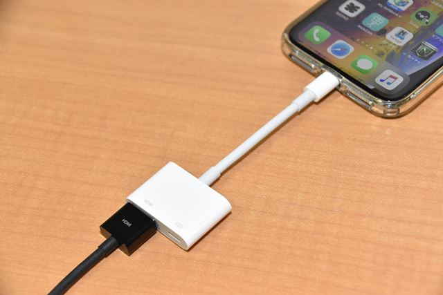iPhoneのLightning端子に「Lightning Digital AV アダプタ」を経由してHDMIケーブルを接続する