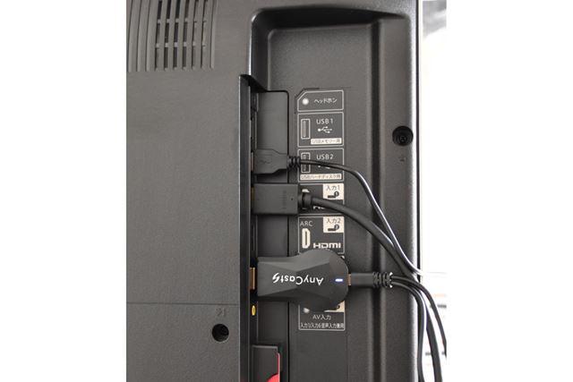 Anycast SをHDMI端子に接続し、電源ケーブルも接続。写真では、テレビのUSB端子から給電している