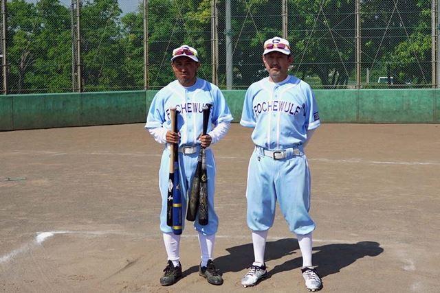 硬式野球の経験者であり、チームの技術的な中心人物コジマ氏(右)と筆者
