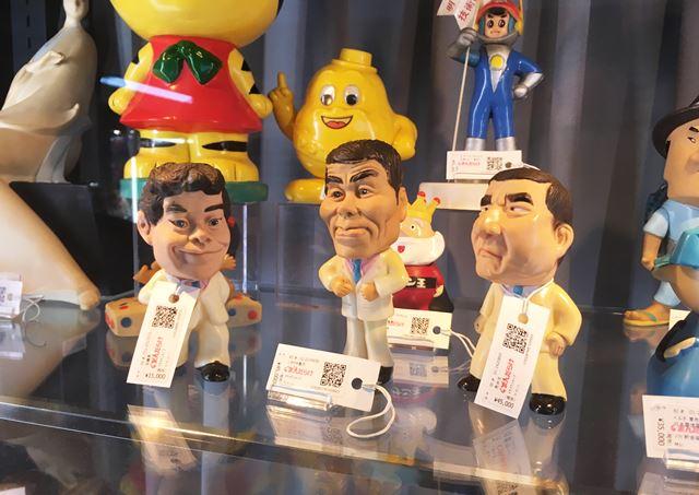 71年に文具メーカーのぺんてるが、シャープペンを買った人向けの懸賞品として作ったザ・ドリフターズのフィギュア。当時、シャーペンを買ったお客さんが当たりくじを引けば、好きな人形をもらえたそう。左から、加藤茶(15,000円)、いかりや長介(45,000円)と、当時メンバーだった荒井注(45,000円)。価格は取材時のもの