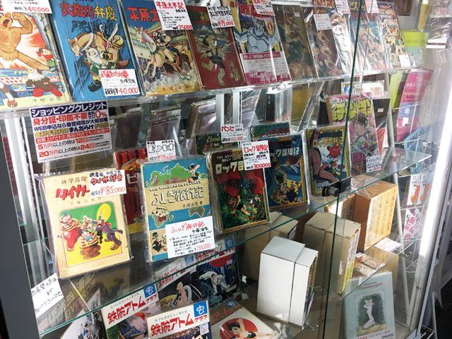 ある有名なコミックコレクターには、戦時中の爆撃の中、大切な漫画を持って逃げたという逸話が残っているそうです