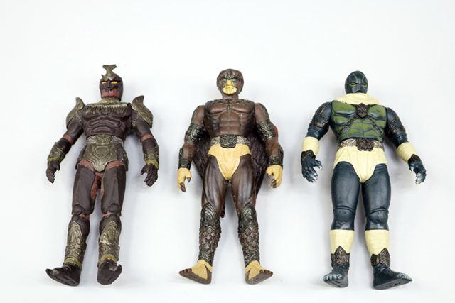 いずれも、仮面ライダークウガの敵役「グロンギ怪人」の一味。左からゴ・ガドル ・バ(カブトムシの怪人)、ゴ・ ブウロ・グ(フクロウの怪人)、ゴ・ガメゴ・レ(亀の怪人)