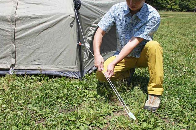 テントから出ているロープも、ペグで固定しましょう