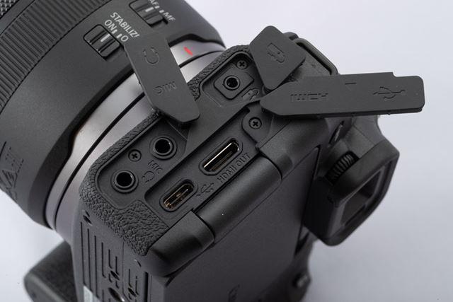 USB Type-C、HDMIミニ出力、マイク入力、ヘッドホン出力、リモコン端子を備える