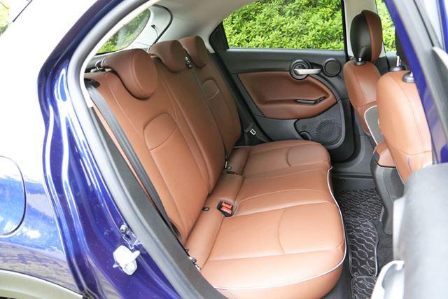 フィアット「500X」は、500よりもボディサイズが大きいぶん、室内もかなり広く快適だ