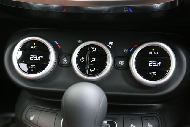 フィアット「500X」のインパネとエアコンスイッチ