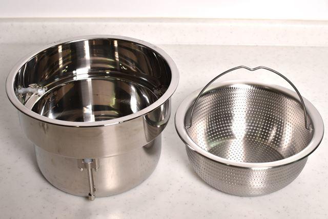 低糖質炊飯のポイントとなる内釜は、金属釜とザルの2重構造