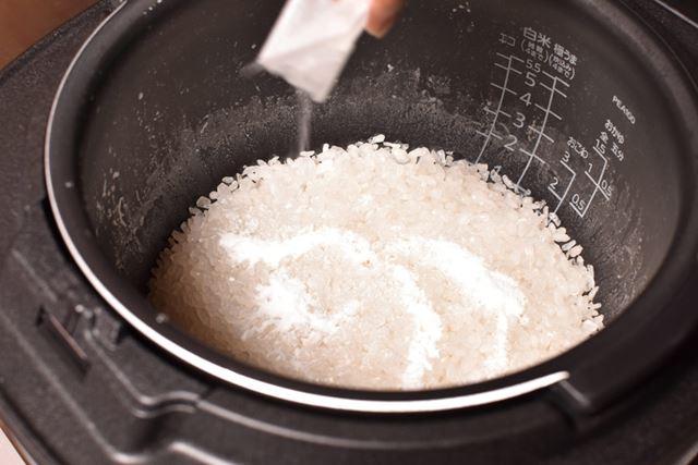 付属の「仕上げ粉」をふりかけ混ぜて、仕上げに蒸らすと……