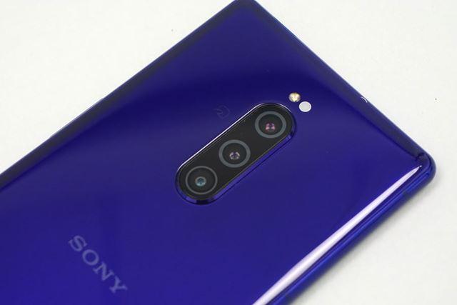 背面のメインカメラはトリプルカメラに進化。3段階の光学ズームが行えるほか、高感度性能も向上している