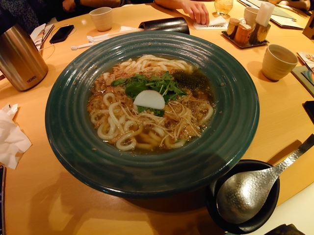 超広角カメラで撮影。食べ物の質感よりも周囲の様子を含めた雰囲気がよく伝わる