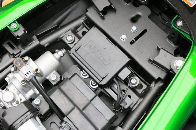 シート下にはETC車載器も搭載。長距離ツーリングでは高速道路を使うことも多いので、非常に役立つ