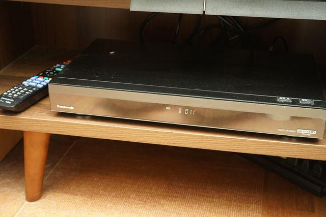 検証のため我が家のテレビラックに収納されたパナソニック「DMR-UBX8060」。実売価格は20万円弱