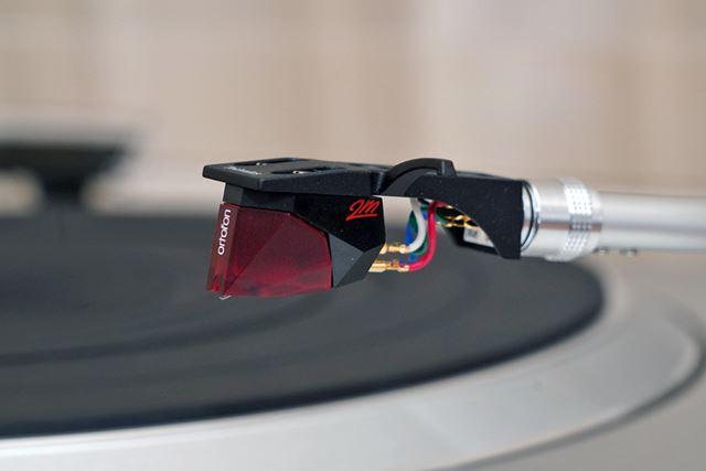 オルトフォンのMM型カートリッジ「2M RED」が標準で付属