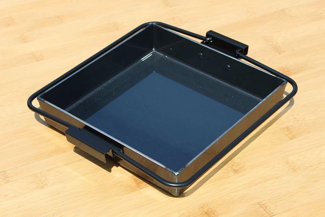 業務用フライパンや中華鍋で使われる「黒皮鉄板」を採用。サイズは約270(幅)×258(奥行)×47(高さ)mm