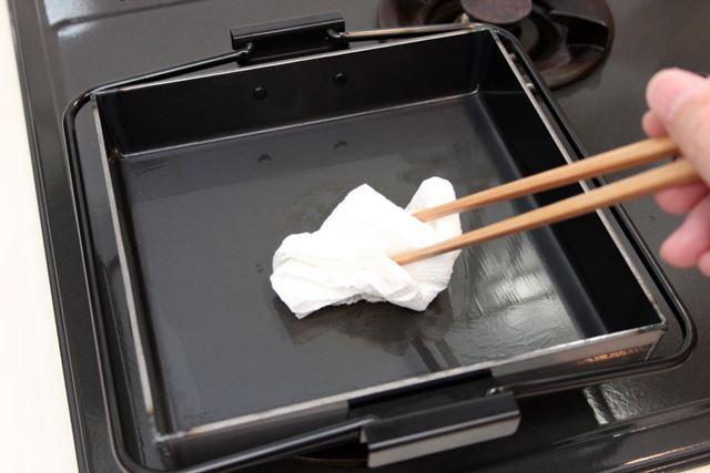 最後の仕上げは、サビ防止。火にかけて水分を飛ばしたら、熱いうちに油を薄く塗りましょう
