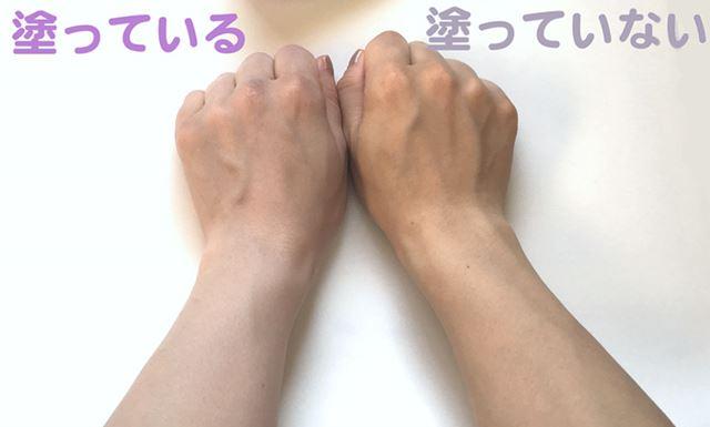 今回、この写真のように向かって左手に日焼け止めを塗って、トーンアップ具合を比べてみたいと思います!