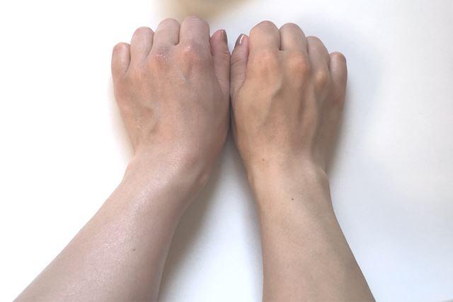 見比べてみてください! 左手がトーンアップされていますよね!