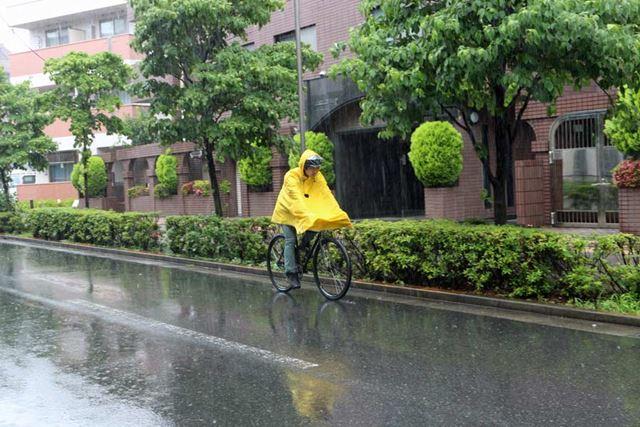 かなりの雨が降る中、ポンチョを着てガチ走行